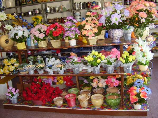 de vasos com flores artificiais apesar de serem lindas elas dura um