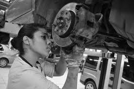 mulher arrumando o carro
