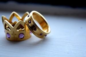 Alianças de Casamento em Formato de Coroa – Qual o Preço e Onde Comprar  casal 300x199