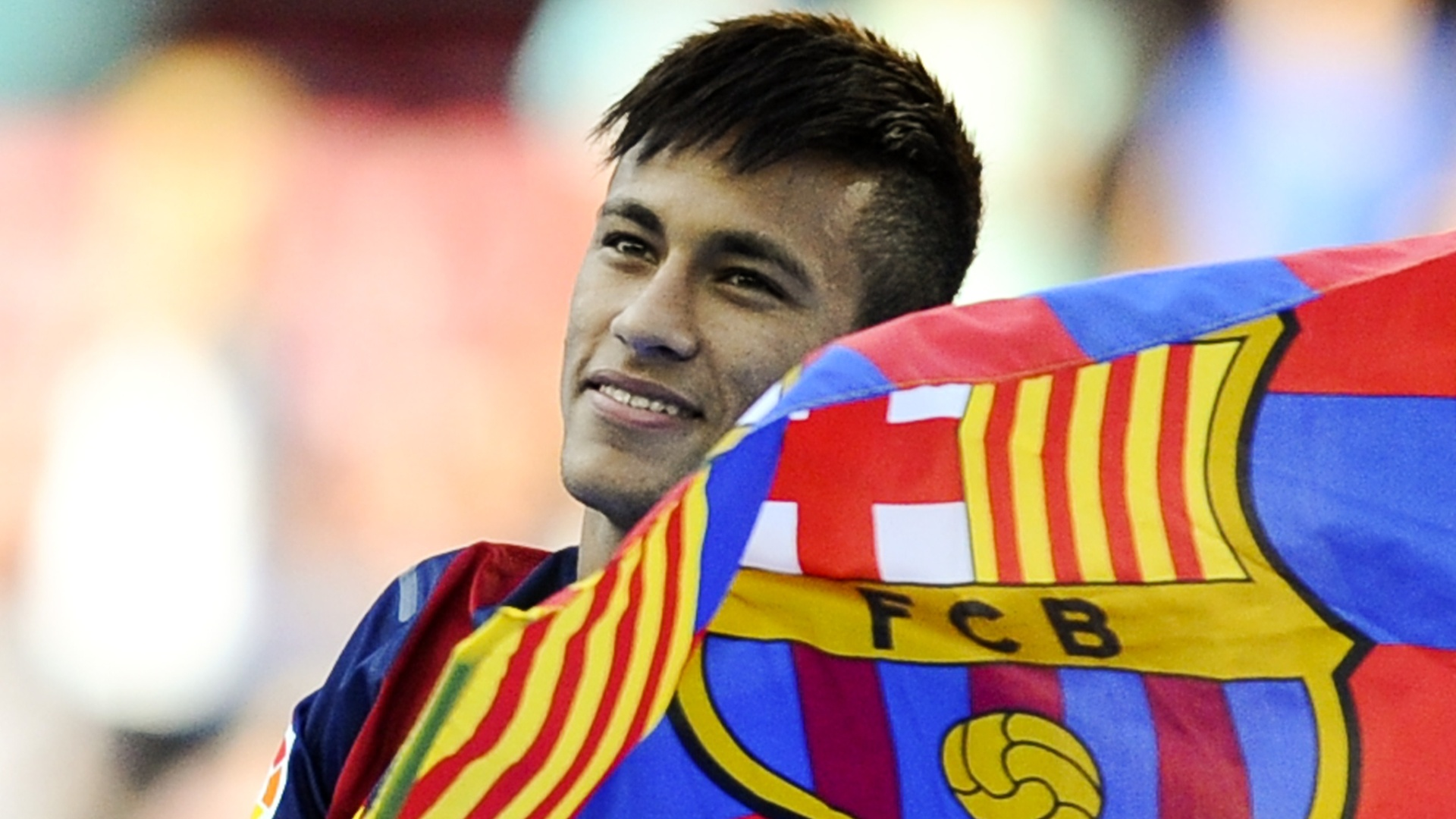 03jun2013---com-bandeira-do-barcelona-neymar