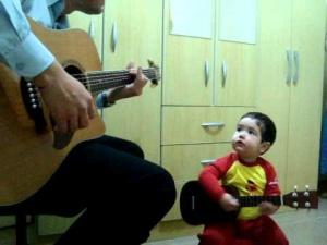 Menino_cantando_beatles