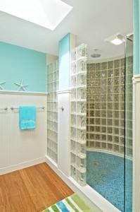 Decora o moderna para casa com tijolos de vidro fotos e - Box doccia vetrocemento ...