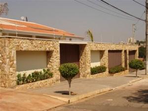 fachada com pedras modernas