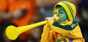 menino-assopra-a-vuvuzela-na-torcida